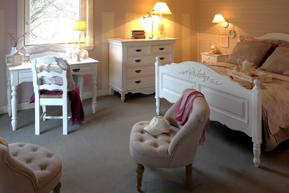 фото В стиле Прованс преобладают элементы декора дачного домика, светлые легкие занавески с кружевами, скатерть. Сельская тематика